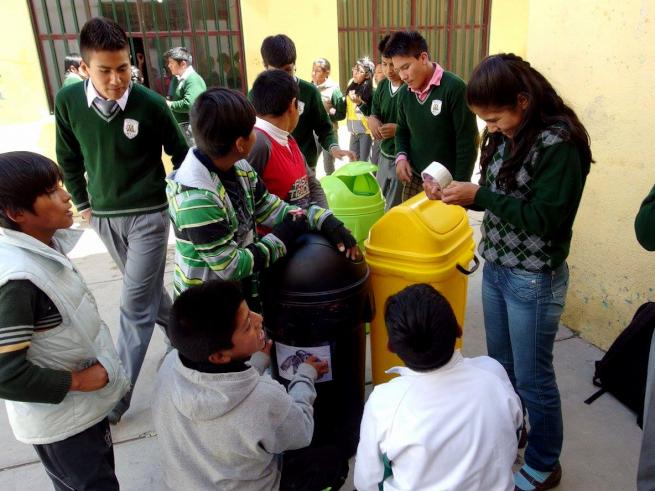 ウユニ市の学校で分別ごみ箱を作る