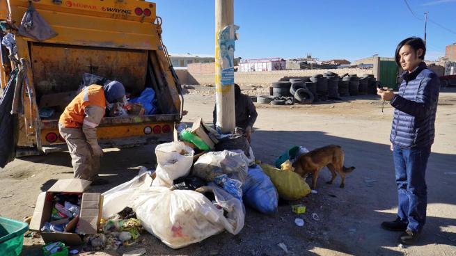 ウユニでゴミを調査する青年海外協力隊OB