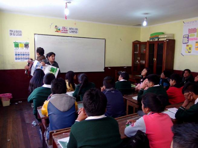 ウユニ市の学校で環境教育授業