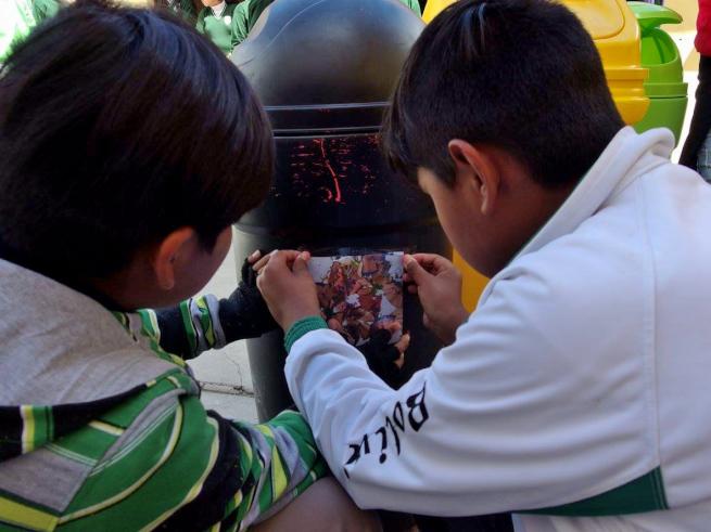 ウユニ市の学校でごみ箱作り