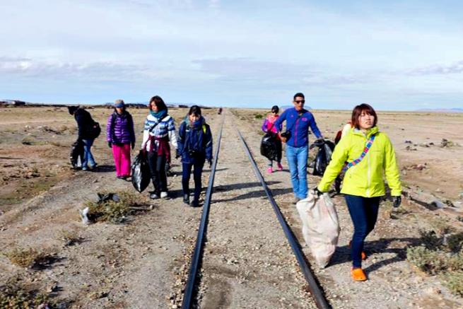 列車の墓場でゴミを拾う日本人旅行者