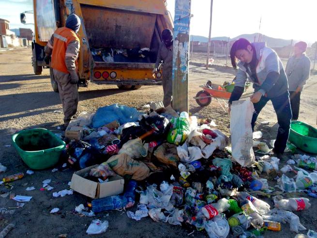 ウユニ市でゴミを調べる玉置氏