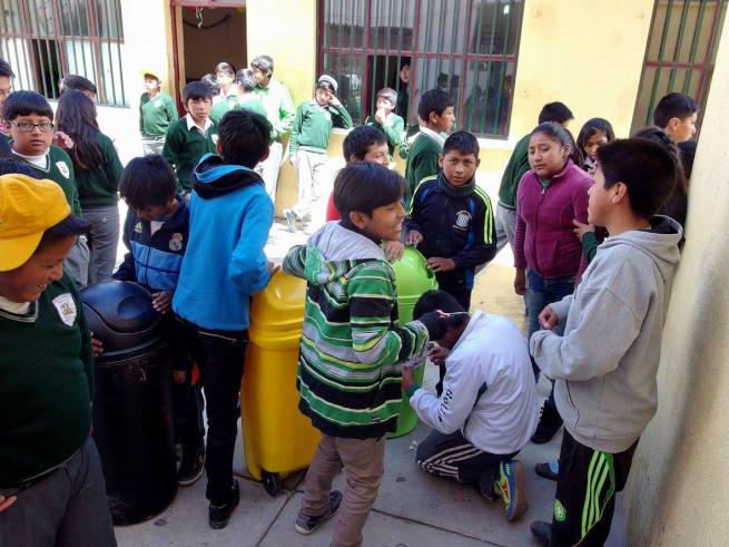 ウユニ市の学校で分別ごみ箱の改善