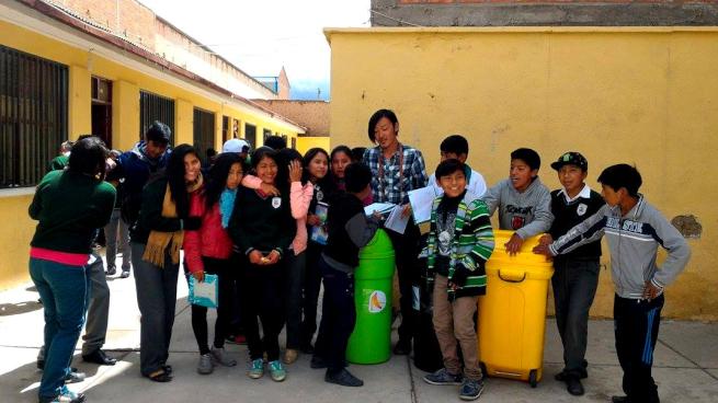 ウユニ市の学校で記念撮影