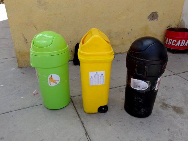 ウユニ市の学校で作った分別ごみ箱