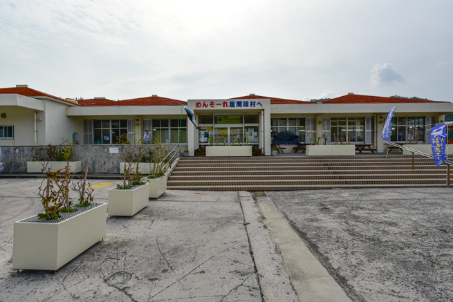 座間味の港の建物