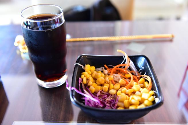 台湾のメイドカフェのサラダとドリンク