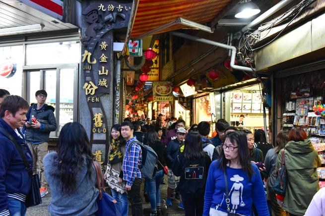 九份老街の入り口で記念撮影する観光客