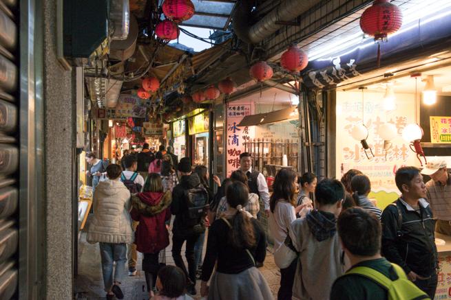 九份老街を歩く観光客