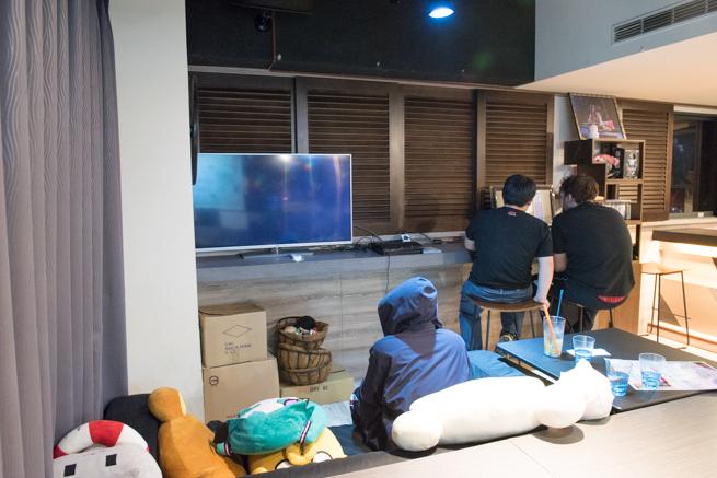 台湾のメイドカフェでゲームする人