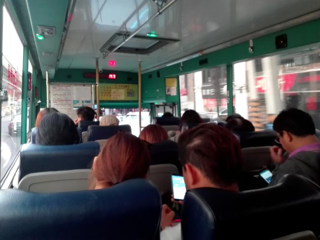 台北から九ふんを結ぶバスの車内