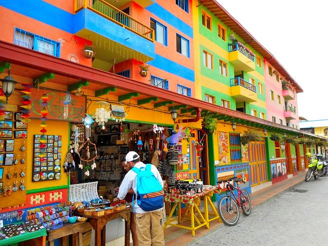 コロンビアのグアタペの町並み