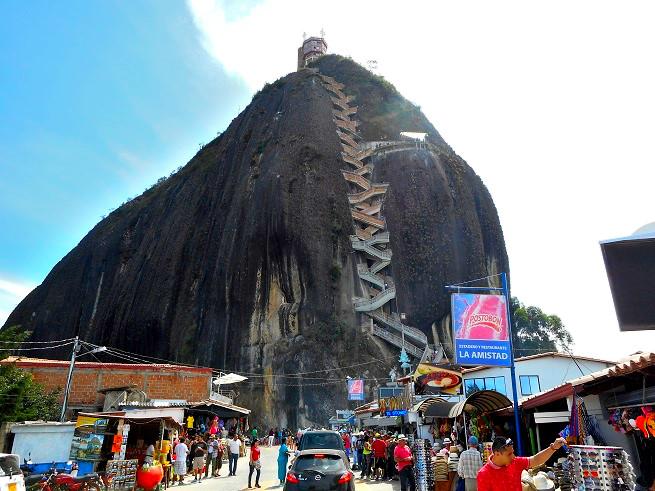 コロンビアのメデジン近郊の巨石エルペニョール