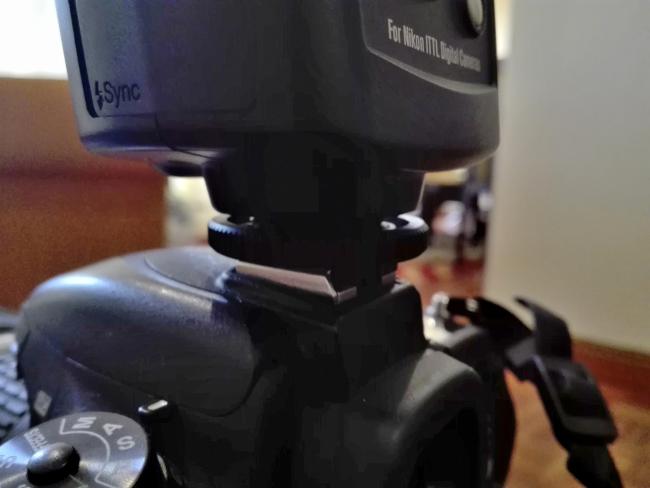 カメラとストロボの接続部