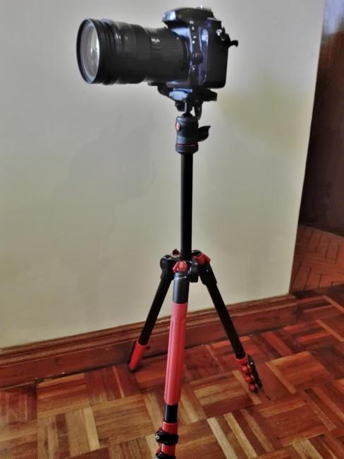 フルサイズ一眼レフカメラを三脚に設置
