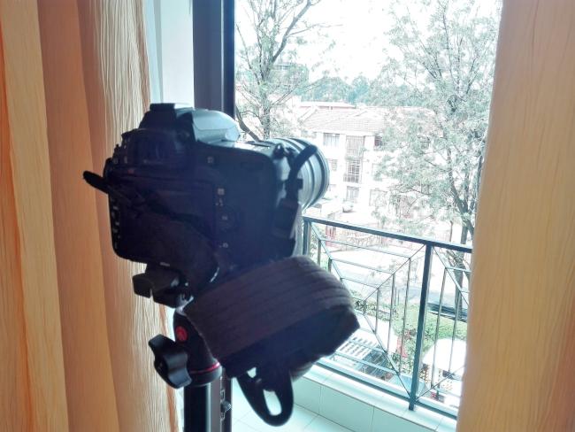 三脚に一眼レフカメラを設置