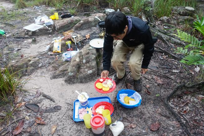 ギアナ高地で朝ご飯を食べようとする私