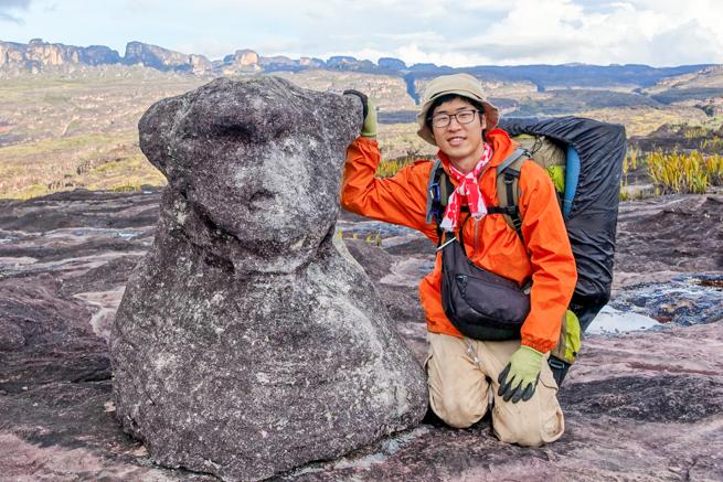 アウヤンテプイの頂上にある熊の石