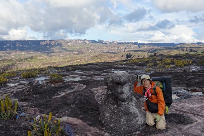 アウヤンテプイの頂上にある熊のカタチの石