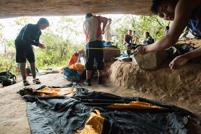 アウヤンテプイトレッキング2日目にテントを張る