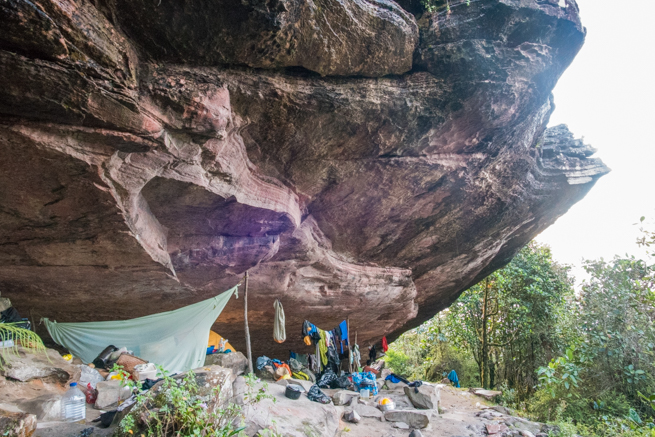 アウヤンテプイの巨石の下にテントを張る