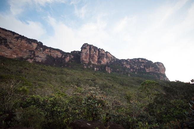 アウヤンテプイの頂上の断崖絶壁