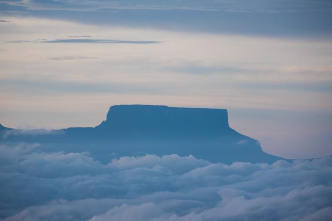 巨大なテプイが雲に浮かぶ