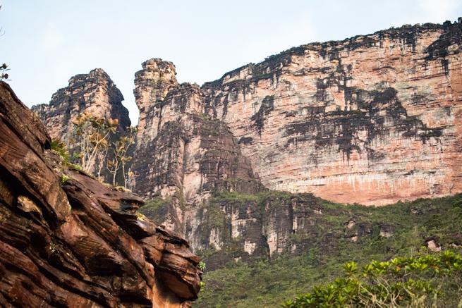 アウヤンテプイの頂上手前の断崖絶壁