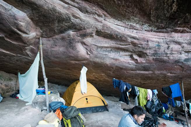 巨石の下のテント