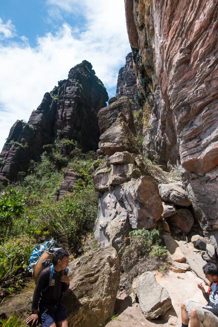 アウヤンテプイで断崖絶壁のすき間を通る