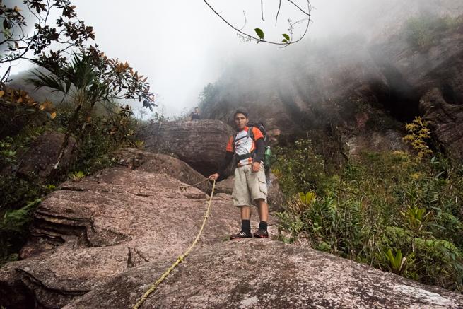 ロープを持つペモン族のガイド