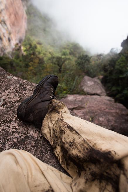 トレッキングで泥だらけの靴とズボン