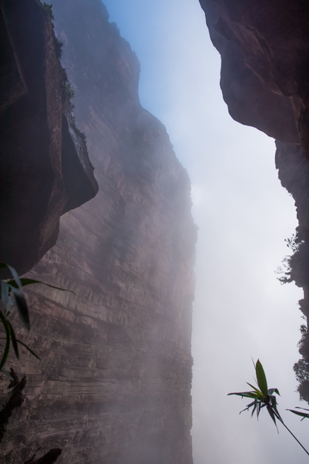 断崖絶壁のすき間は風が吹く