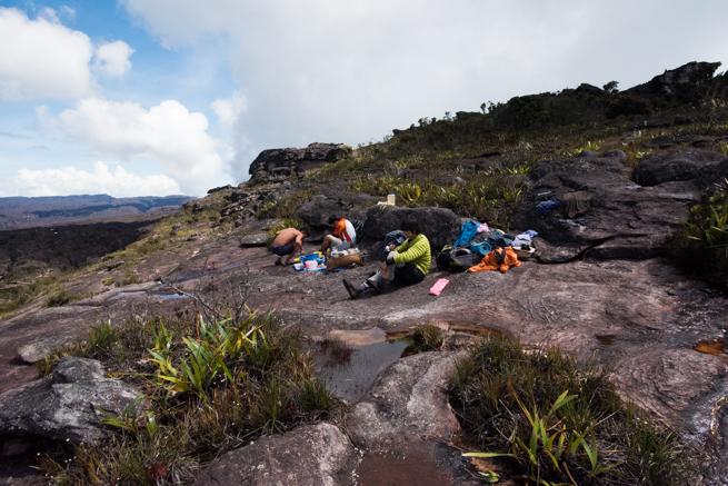 アウヤンテプイの頂上で休憩