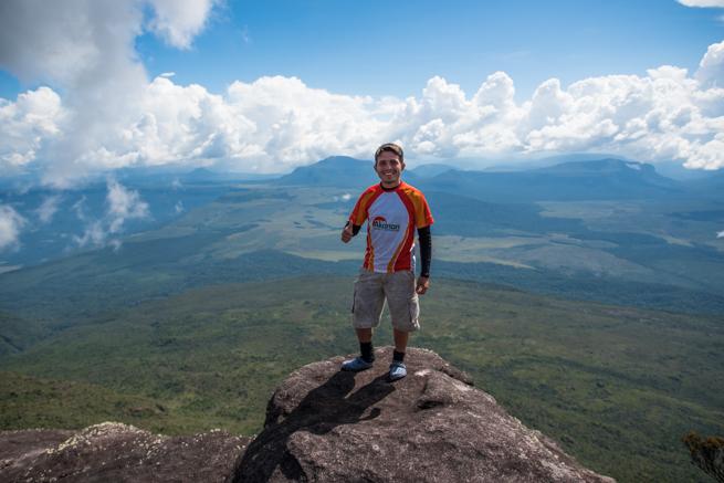 アウヤンテプイの頂上に立つガイド