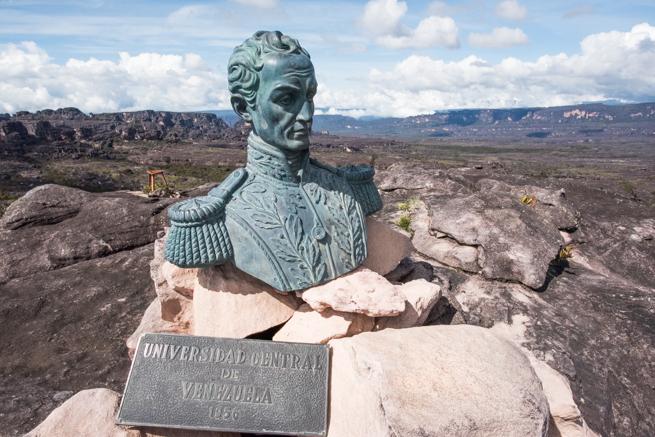 アウヤンテプイにあるシモン・ボリーバルの銅像