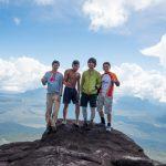 アウヤンテプイの頂上で集合写真