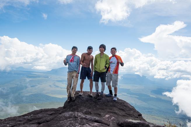 アウヤンテプイの最高地点で記念撮影