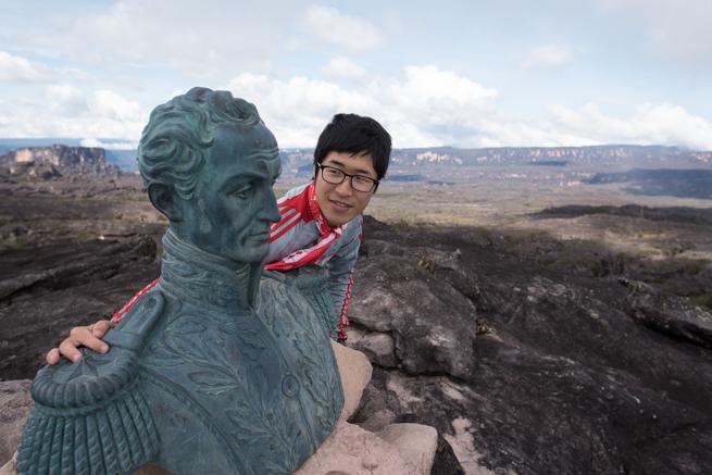 シモン・ボリーバル銅像と記念撮影
