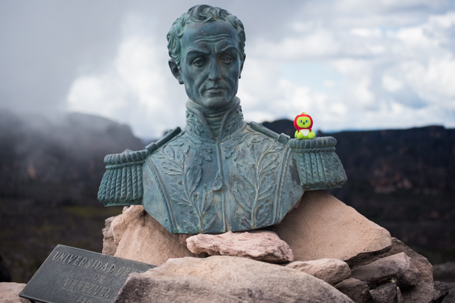 シモン・ボリーバル銅像とアルクマくん