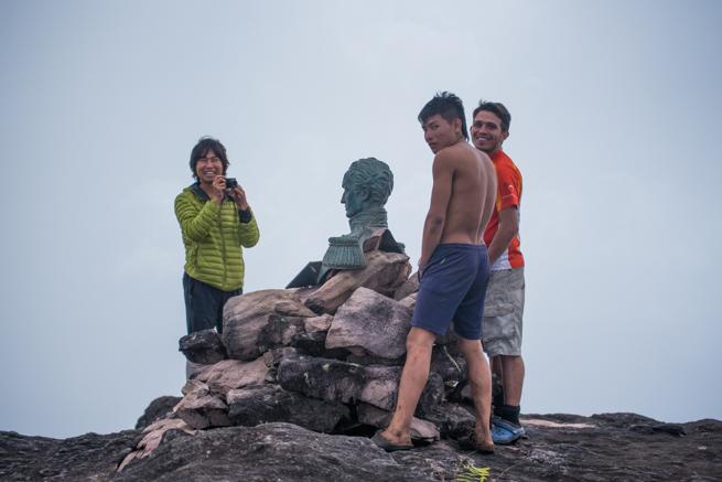 シモン・ボリーバル銅像と記念撮影するガイド