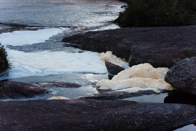 アウヤンテプイの頂上を流れる川
