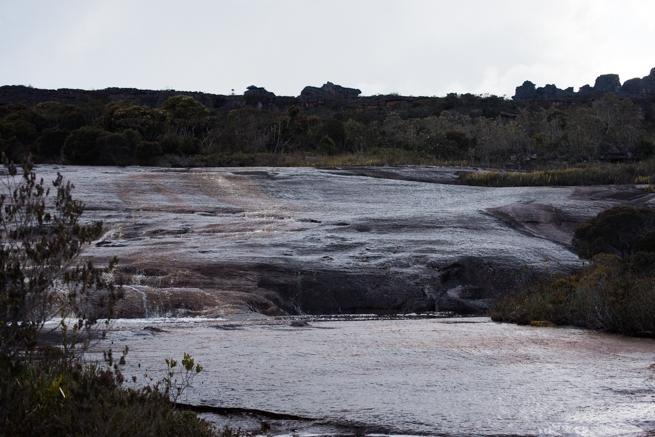 アウヤンテプイの頂上の川