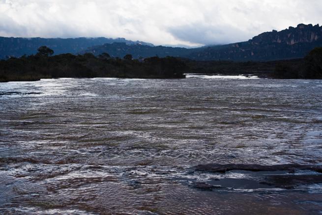 アウヤンテプイの頂上の広い川