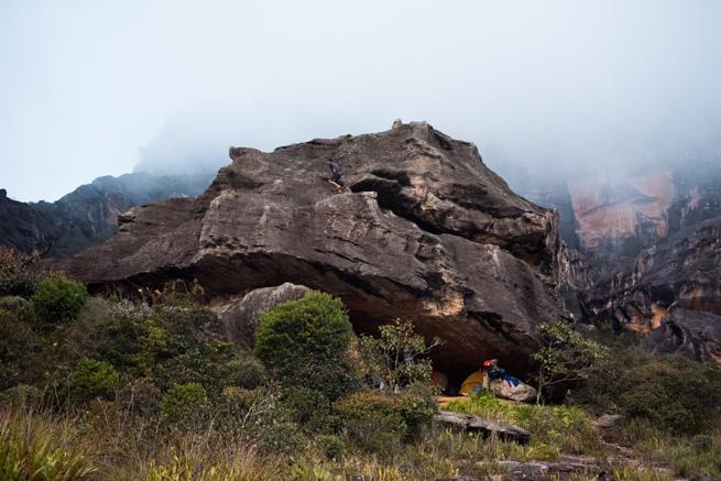 アウヤンテプイの頂上のテント宿泊地