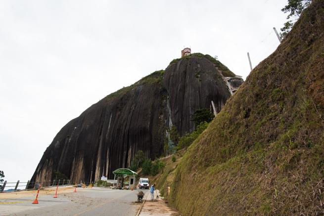 コロンビアの巨石に近づく