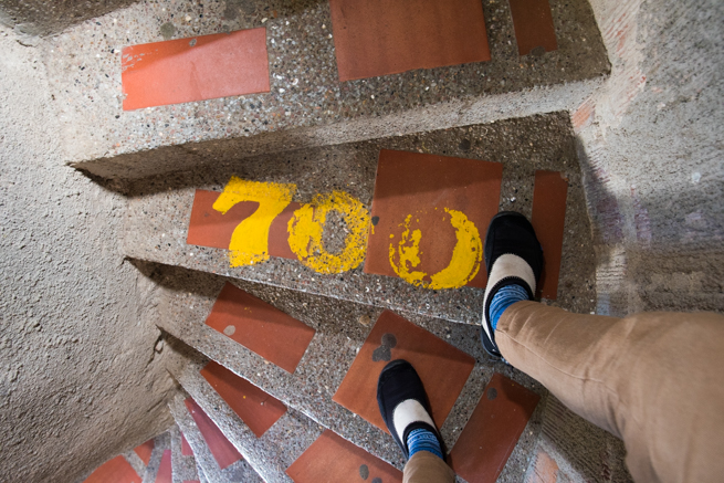 700段目の階段