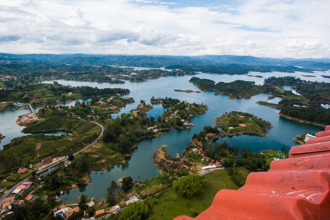 コロンビアの巨石から見た湖