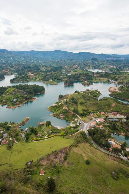 コロンビアの巨石から湖を見る