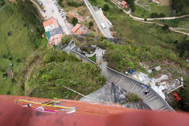 コロンビアの巨石ラピエドラデルペニョールから下を覗く
